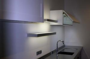 Cuisine Armony Diadema - Elements hauts de 1.20m avec étagères lumineuses et  bas de meuble en verre rétroéclairage par leds.
