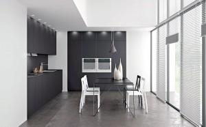 Composition d'une cuisine en Fenix noire mate (crédence, plan de travail, meubles et table).