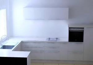 Meubles avec 2 tiroirs et 1 coulissant pour augmenter la place de rangement.