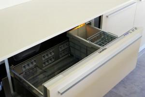 Le frigo  encastrable sous le plan de travail.