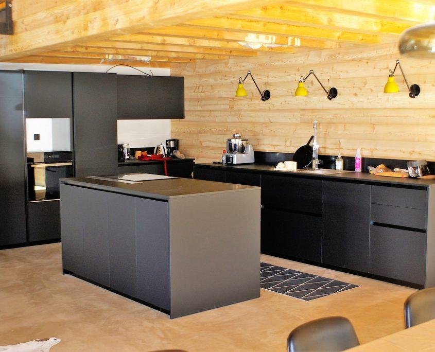 une cuisine en fenix noir splendide au c ur d 39 une pi ce unique. Black Bedroom Furniture Sets. Home Design Ideas