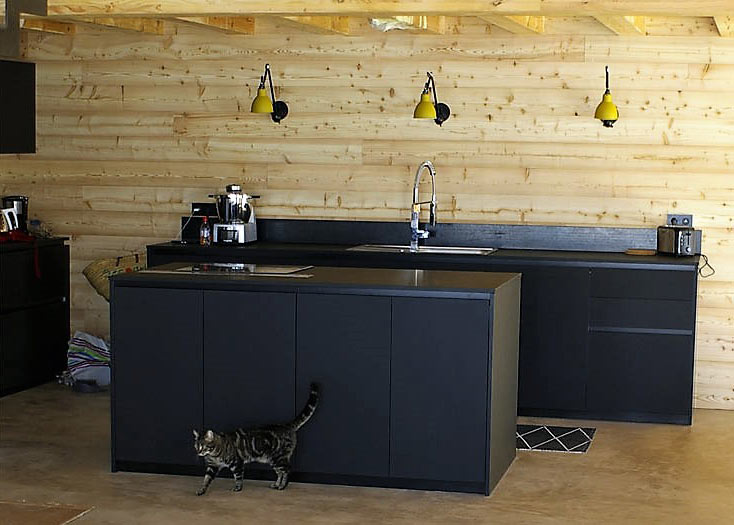une cuisine en fenix noir splendide au c ur d 39 une pi ce unique. Black Bedroom Furniture Sets. Home Design Ideas
