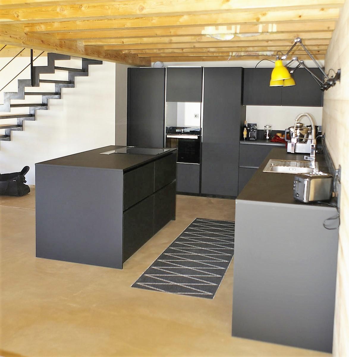 une cuisine en fenix noir splendide au c ur d 39 une pi ce. Black Bedroom Furniture Sets. Home Design Ideas