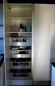 Détail du meuble 'à provisions' avec les 4 tiroirs coulissants.