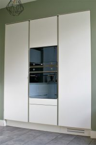 Mur de colonnes avec colonne comportant 4 paniers intérieurs pour l'alimentaire et colonne frigo à droite.